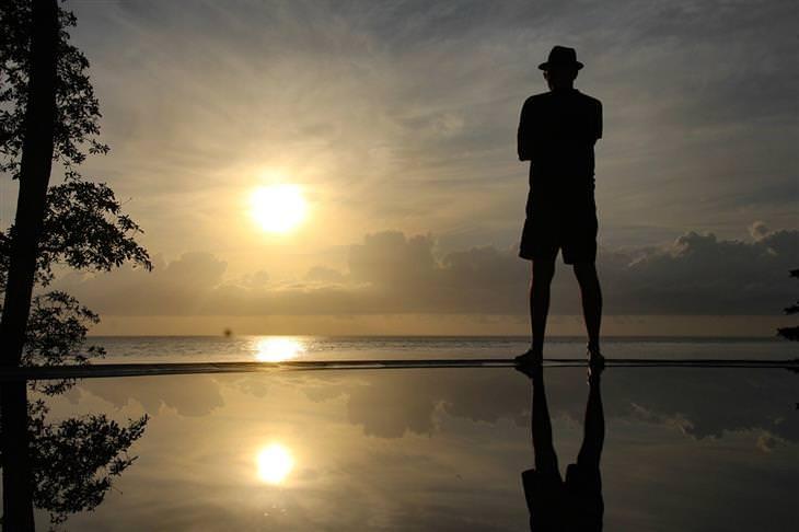 סיבות לחוסר מוטיבציה: איש עומד מול השקיעה