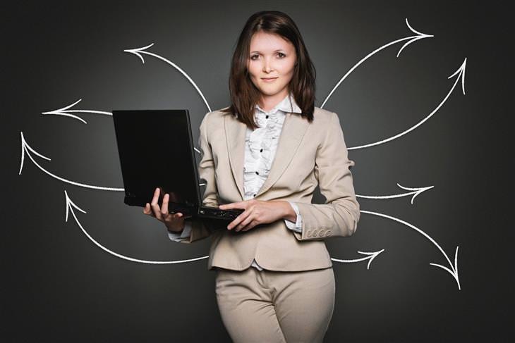 סיבות לחוסר מוטיבציה: אישה עם מחשב נייד וחליפה
