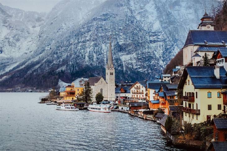 תמונות של האלשטאט ועובדות על המקום: בניינים בסמוך לאגם, וברקע הרים
