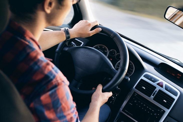 מושגים חשובים בביטוח רכב: אדם נוהג במכונית
