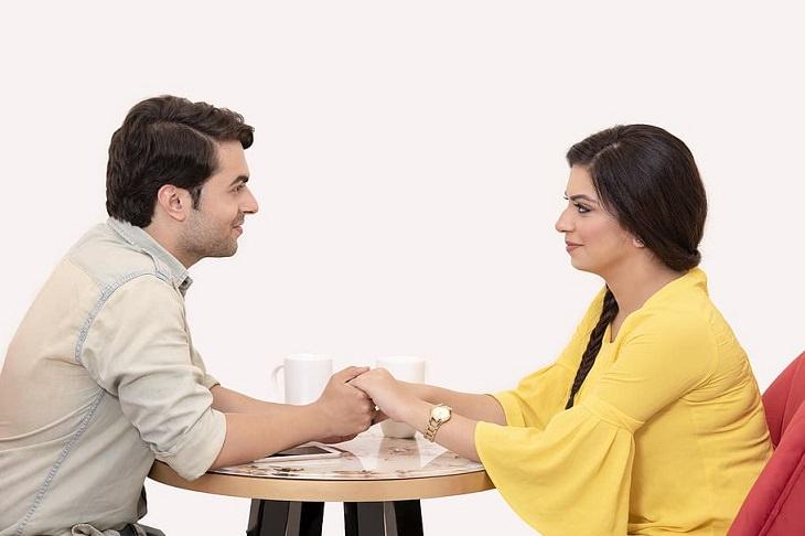 עקרונות לנישואים מאושרים: זוג יושב ומחזיק ידיים