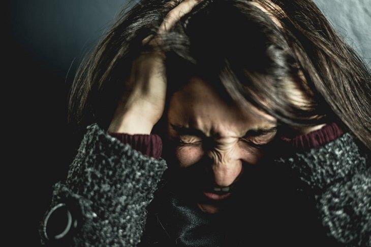התקף פאניקה: אישה בהתקף פאניקה שמחזיקה את ראשה