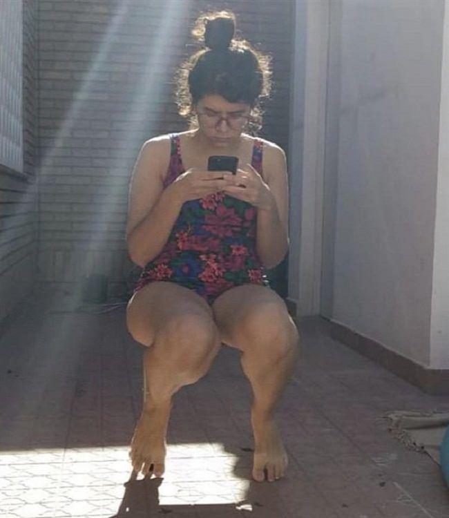 """תמונות מצחיקות ברגע הנכון: בחורה שנראה כאילו היא יושבת """"באוויר"""", מכיוון שלא רואים את הכיסא שלה"""