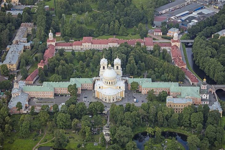 אטרקציות בסנט פטרסבורג: תמונה ממעל של מנזר אלכסנדר נבסקי