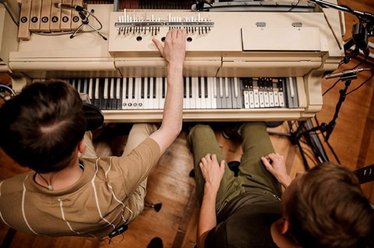 פסנתר מיוחד: שניים מחברי הלהקה מנגנים על הפסנתר