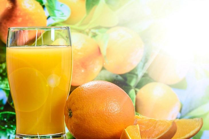 איך להעלים שקיות מתחת לעיניים: מיץ תפוזים