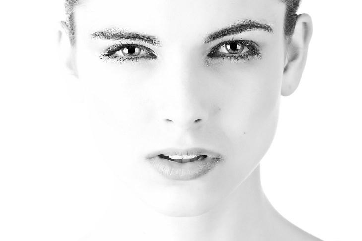 איך להעלים שקיות מתחת לעיניים: פנים של אישה