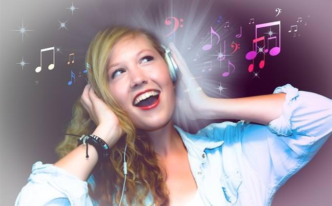 מבחן טריוויה על מוזיקה ישראלית: אישה מאזינה למוזיקה