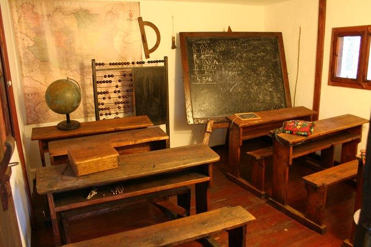 עיירות וכפרים בסרביה: חדר לימוד בבית בכפר סירוגוינו