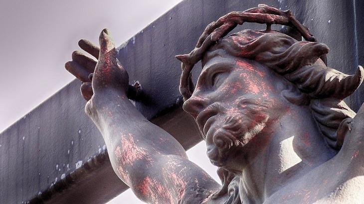 בדיחה על ילד שנשלח ללמוד במנזר: פסל של ישו על הצלב