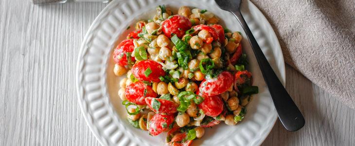 שילובי מזון נגד הצטננות: סלט גרגירי חומוס ועגבניות