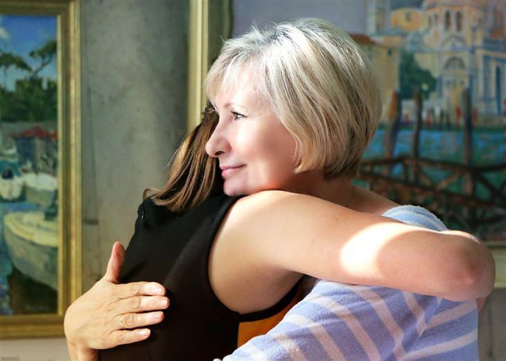איך להתמודד עם אשתו של הבן: אישה מבוגרת מחבקת אישה צעירה