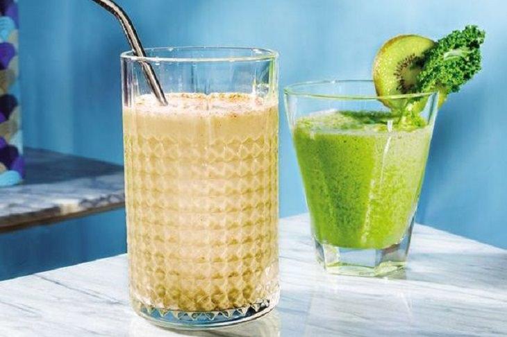 שייק סיידר תפוחים: שייק סיידר תפוחים ומשקה ירוק לידו