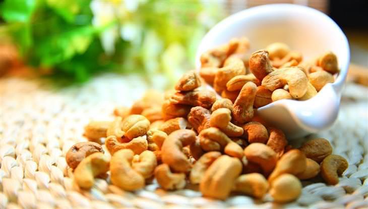יתרונות בריאותיים של קשיו: אגוזי קשיו נשפכים מקערה
