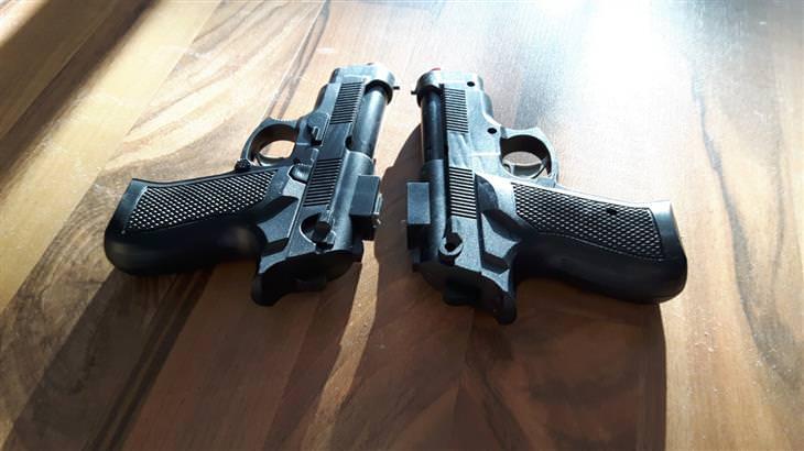 בדיחה: שני אקדחים
