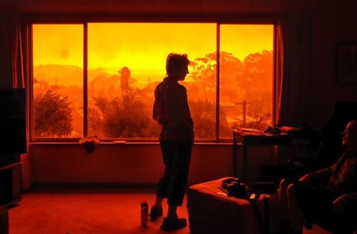 תמונות משריפה שפקדה את אוסטרליה: אנשים מצולמים בביתם כשמחוץ לחלון יש שריפה