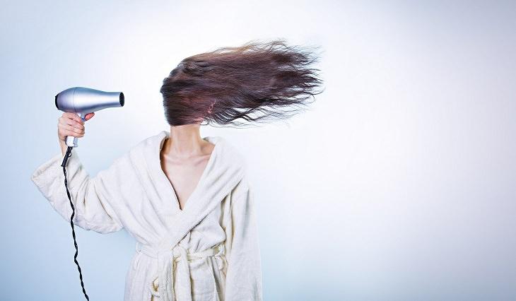 מבחנים לשיער בריא: תמונה מצחיקה של אישה מייבשת שיער