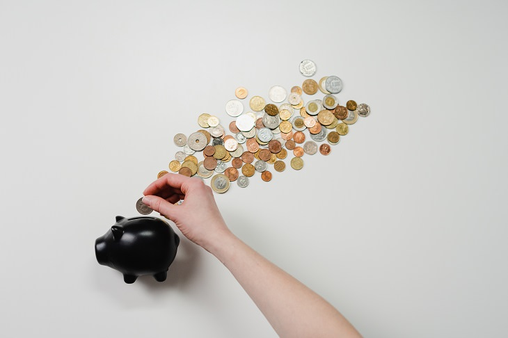 מדריך לפתיחת וניהול ערוצים בפלטפורמות חברתיות: מטבעות וקופת חסכון בצורת חזיר