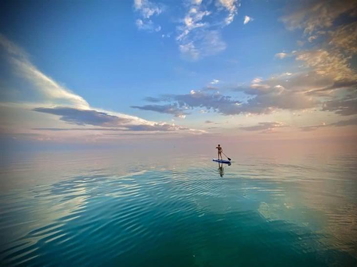 תמונות מתחרות נוף ים אולטימטיבי 2020: בחורה שטה על גלשן