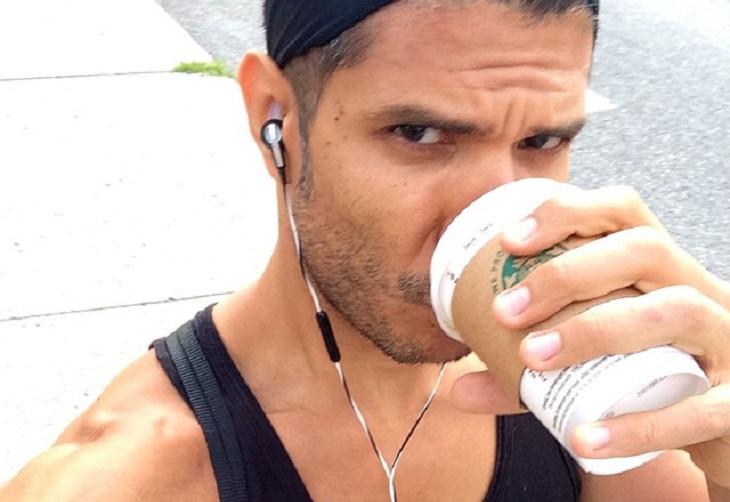 שוקו לאחר אימון כושר: אתלט שותה משקה מכוס חד פעמית