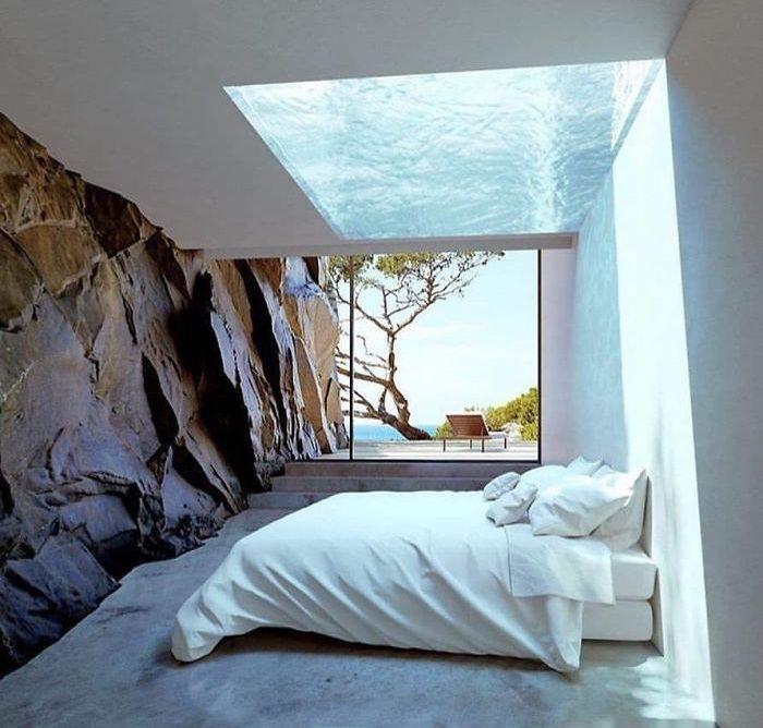 רהיטים ועיצובים מצדליקים לבית: חלון גג מכוסה מים מעל מיטה