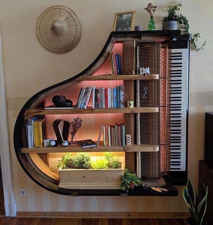 רהיטים ועיצובים מצדליקים לבית: ספריית פסנתר כנף