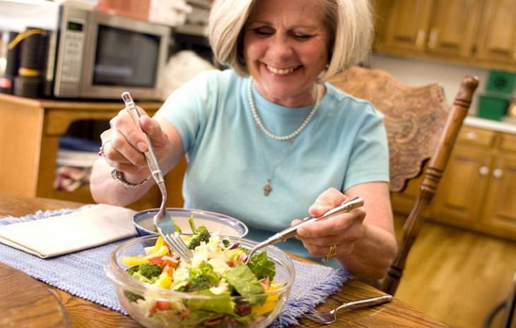 תזונה לאושר ובריאות לפי המדע והיהדות: אישה מבוגרת אוכלת סלט