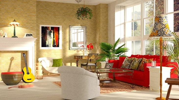 פעילויות לפעוטות בבית: סלון עם ספה אדומה וגיטרה צהובה