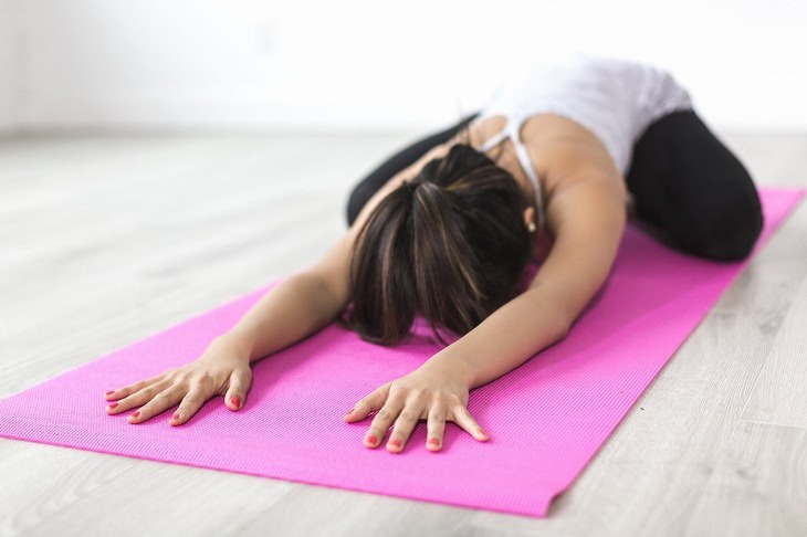 יוגה משקמת: אישה עושה יוגה