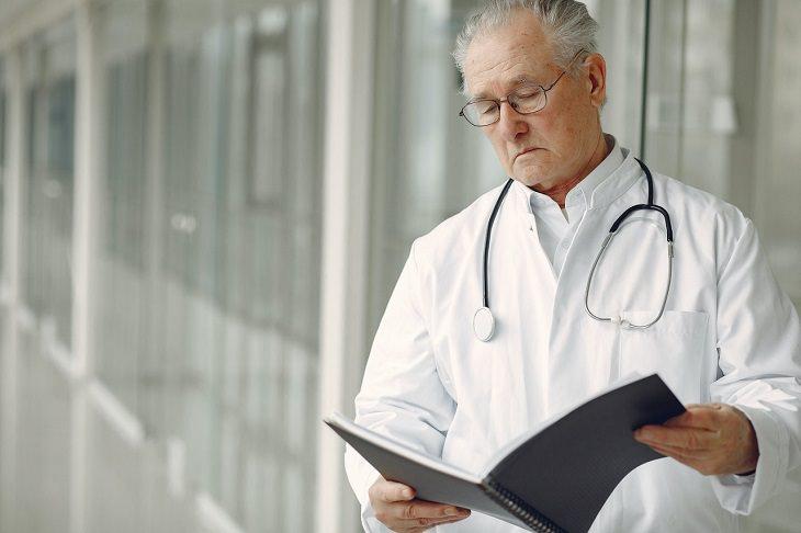 בדיחה על רופא פורש: רופא מסתכל על תיקייה