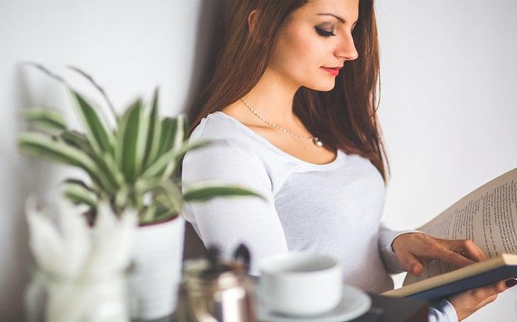 טיפול בגישה של קורבן: אישה קוראת