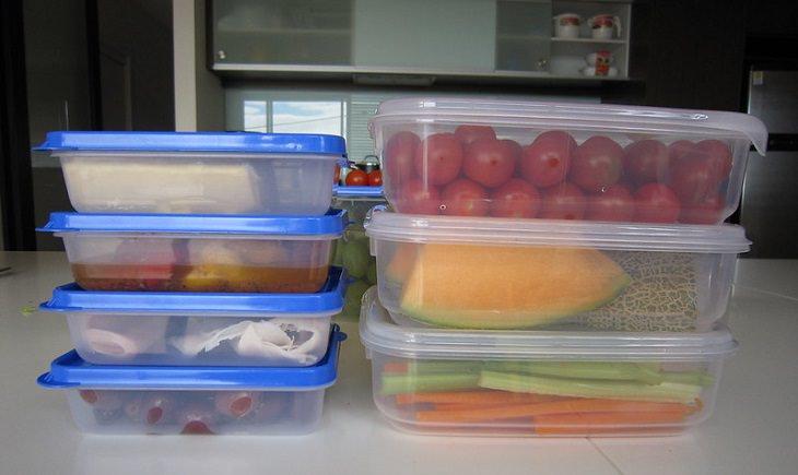 איך לשמור על כלי אחסון מזון שונים: מיכלים למזון מפלסטיק