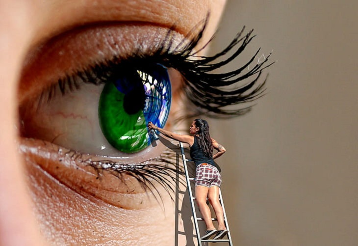 תכונות שמיוחסות לצבע עיניים: אילוסטרציה של אישה על סולם צובעת עין של אישה אחרת