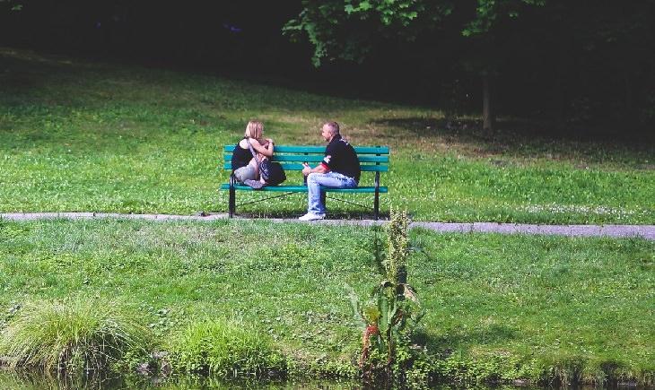 מה אסור להגיד לאדם שסובל: זוג על ספסל מדבר