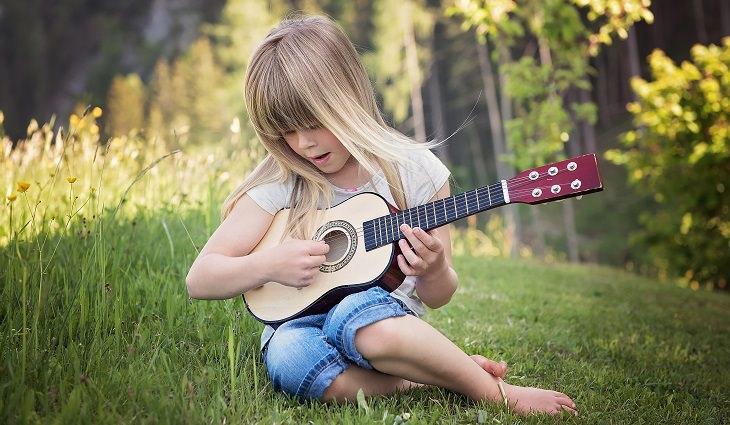 איך לזהות ולשנות הורות מגוננת מדי: ילדה עם יוקלילי