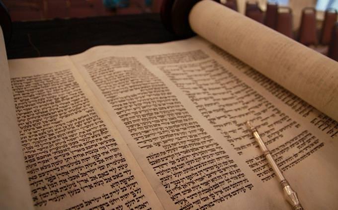 """חידון על דמויות בתנ""""ך: ספר תורה פתוח"""