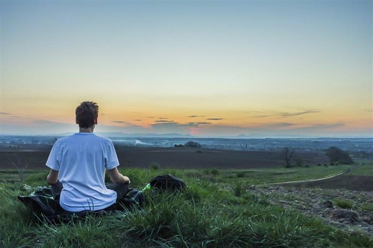 טעויות מדיטציה: איש יושב בטבע