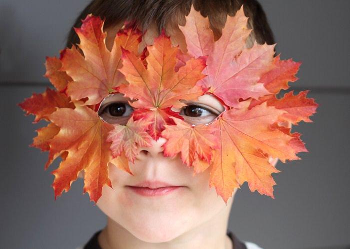 כל מה שצריך לסתיו: ילד עם מסכת עלי שלכת