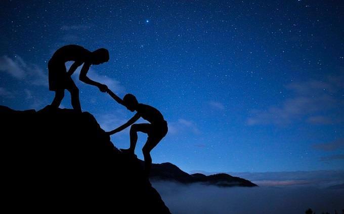 מבחן אישיות ברפואה: ילד עוזר לחבר לטפס על הר