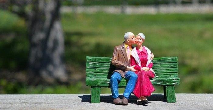 לחסוך דמי ניהול בפנסיה: 2 בובות זקנים על ספסל