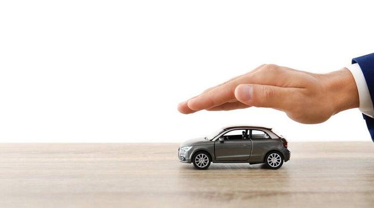 ביטוח רכב בימי קורונה: יד מסיעה מכונית קטנה