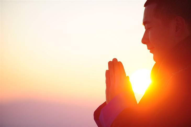 איך לשחרר: איש מצמיד כפות ידיים