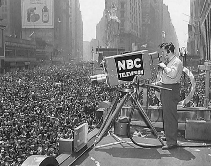 תמונות היסטוריות: צילום ההמונים שהגיעו לחגוג בניו יורק את יום הניצחון של מלחמת העולם השנייה - 1945.
