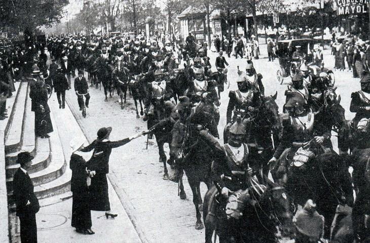 תמונות היסטוריות: קירסירים (פרשים כבדים) צרפתיים עוברים בעיר פריז בדרך לקרב ואחד מהם מקבל פרחים מאישה צעירה - 1914.