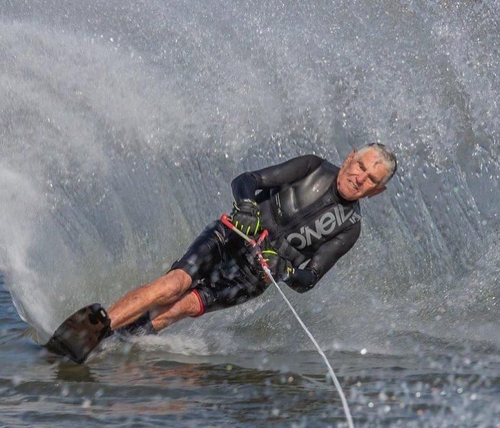 אנשים מבוגרים מוכיחים שאף פעם לא מאוחר מדי: אדם מבוגר עושה סקי מים