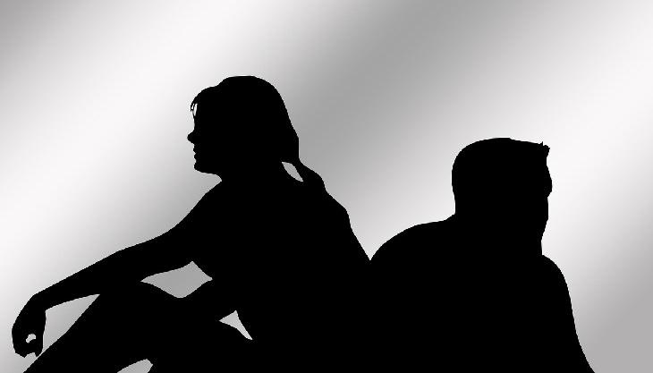סימנים שאתם מרעילים את הזוגיות: צלליות של גבר ואישה עם הגב זה לזה