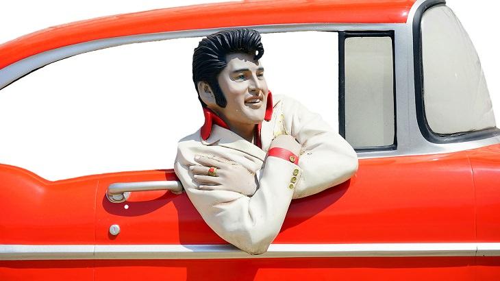 עובדות על מפורסמים: פסל של אלביס בתוך מכונית אדומה
