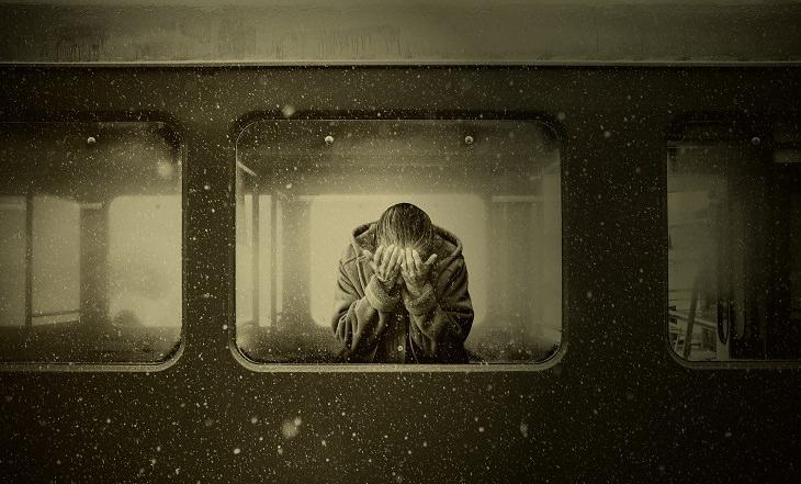 סימנים שאתם מרעילים את הזוגיות: אישה עצובה לבד בקרון רכבת