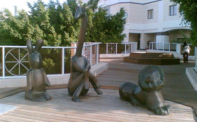 """מבחן ידע כללי: פסלי דמויות הסיפור """"מיץ פטל"""""""