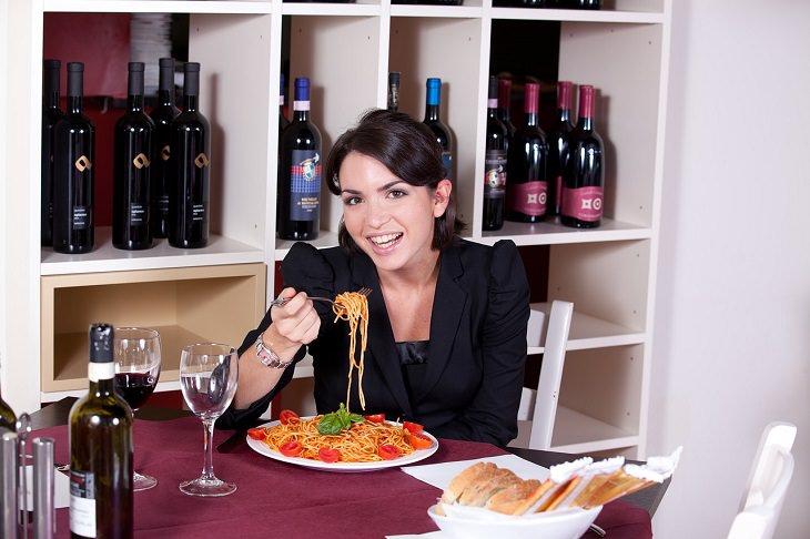 בדידות בעקבות עבודה מהבית: בחורה אוכלת פסטה
